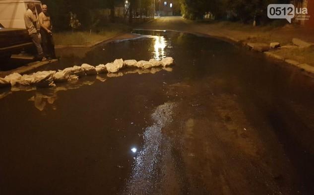 Прорыв канализации в Николаеве: жители спасались мешками с песком