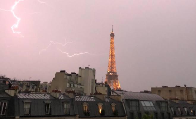 Блискавка влучила в Ейфелеву вежу: фото