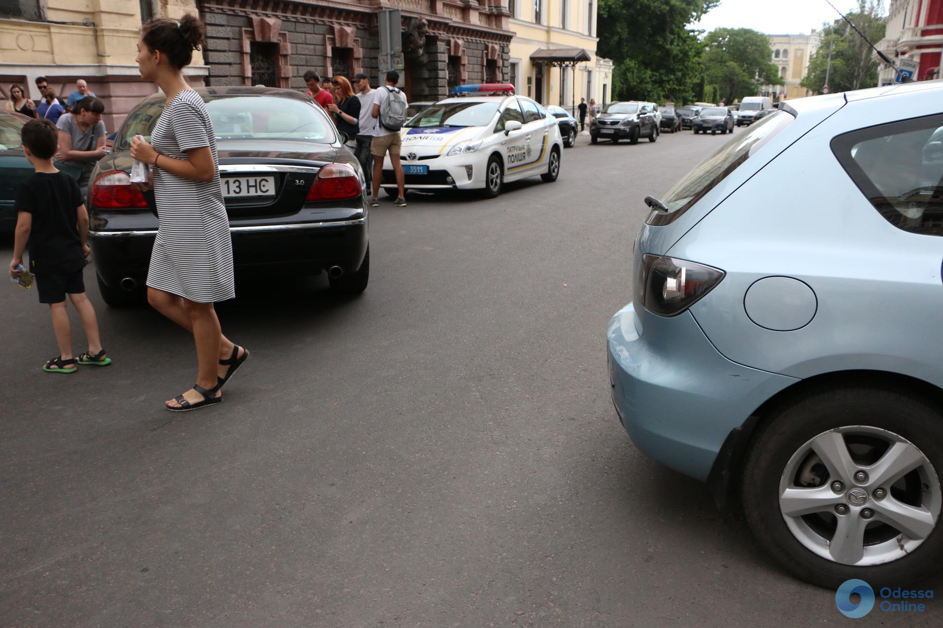 В Одессе пьяная женщина на Jaguar разбила сразу пять машин - фото