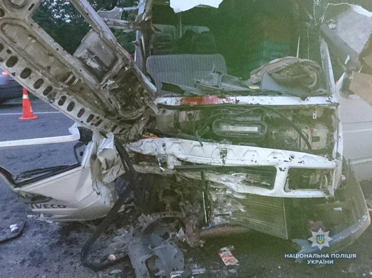 На трассе Киев-Чоп столкнулись микроавтобусы, есть жертвы: фото