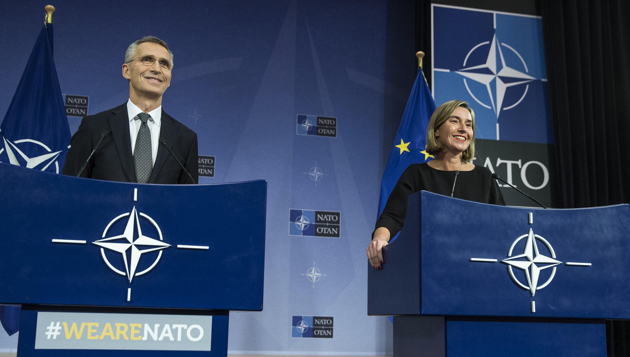 Столкнувшись с общими вызовами на восточном и южном направлении, за последние два года НАТО и Европейский союз значительно усилили сотрудничество. © NATO