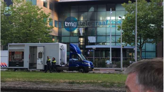 В Амстердаме авто влетело в офис газеты и вспыхнуло: фото и видео