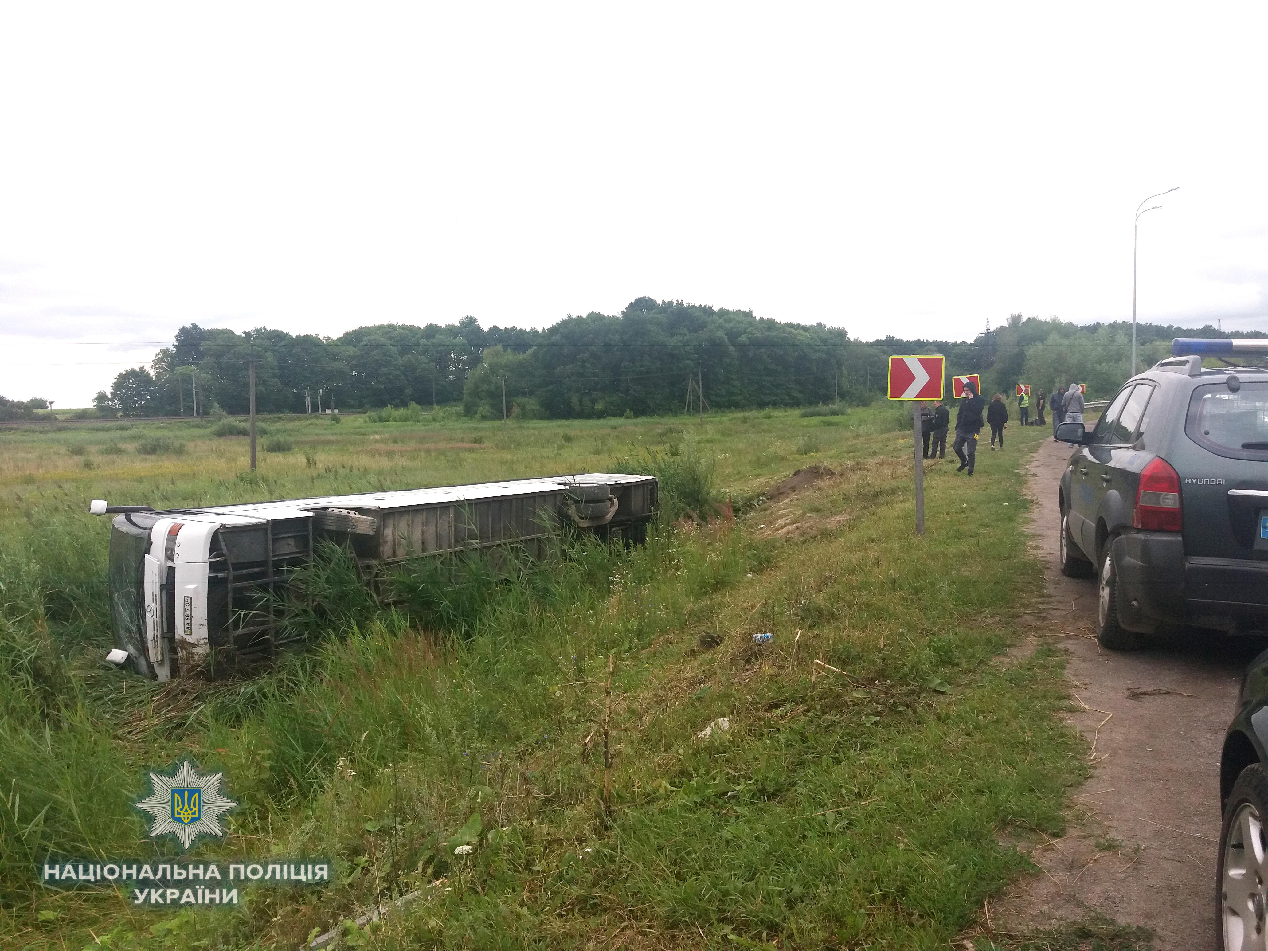 На трассе Киев-Чоп перевернулся рейсовый автобус: фото, видео