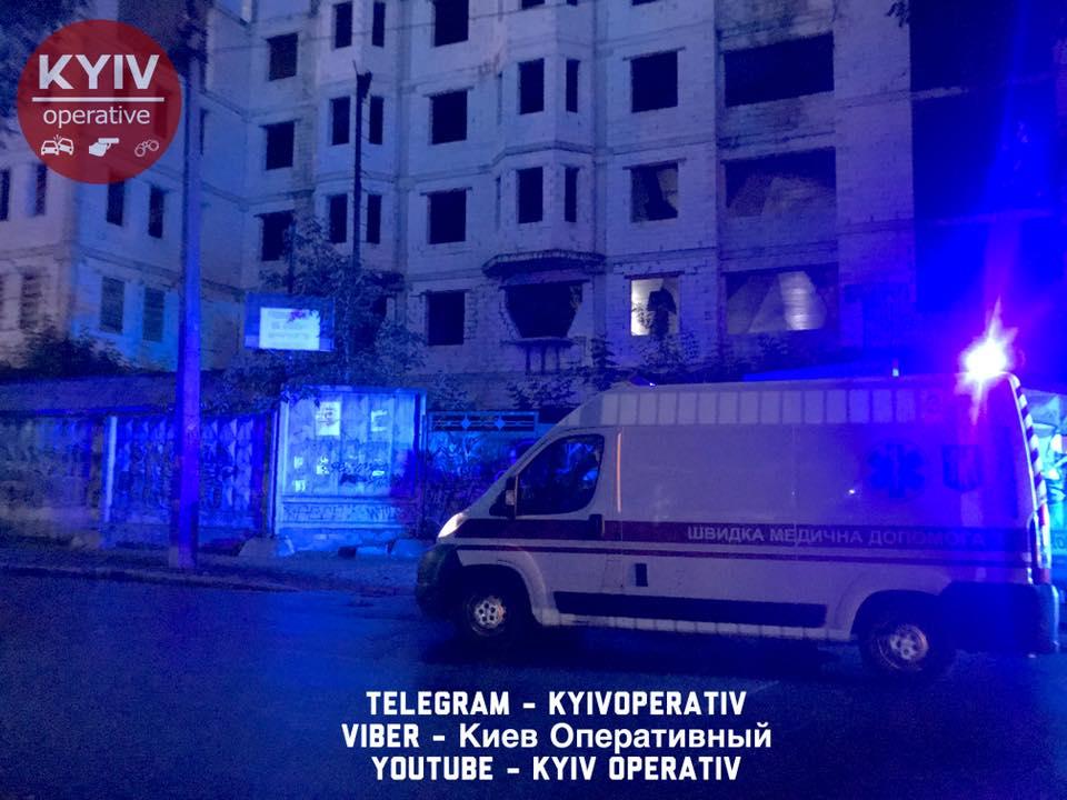 Селфи опасно для жизни: киевлянка позируя сорвалась с недостроя
