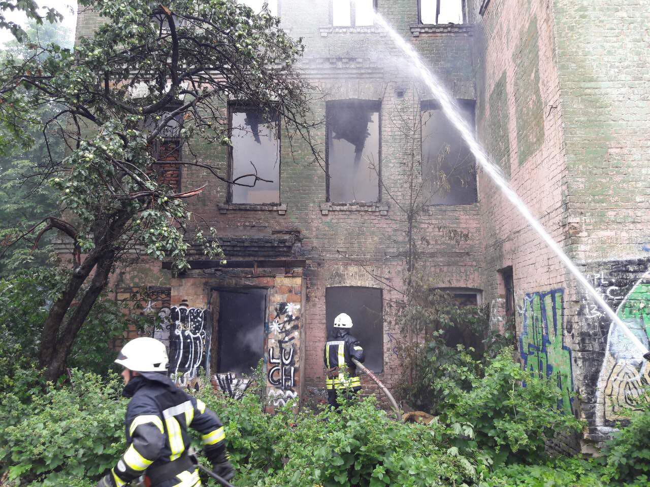 В Киеве на Подоле горел дом-памятник архитектуры 19 века: фото