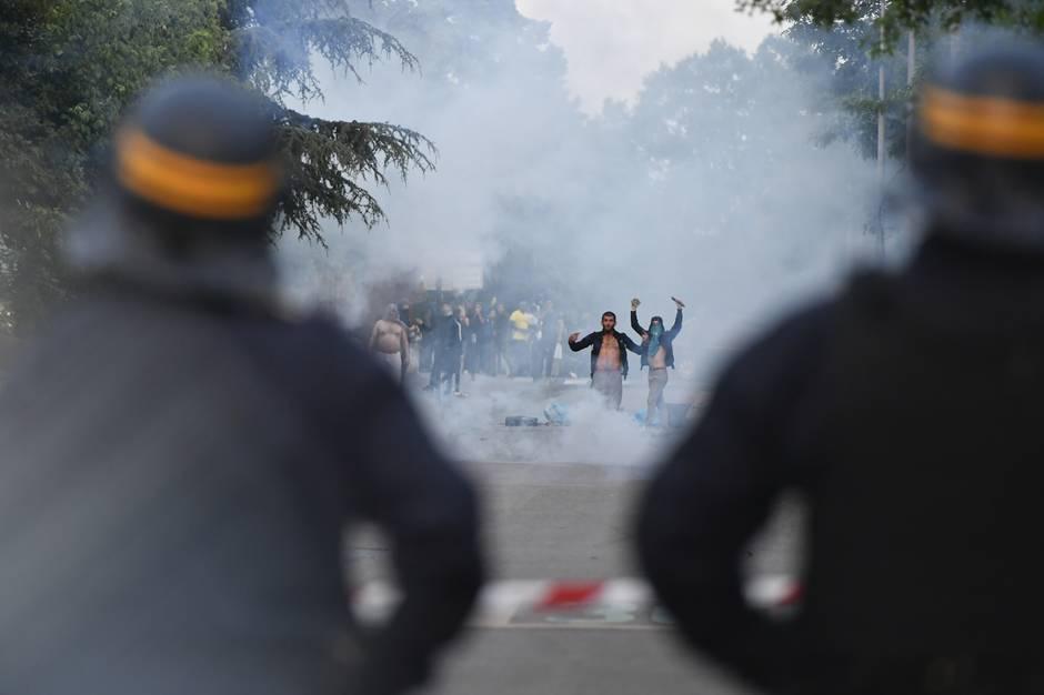 ВНанте вспыхнули беспорядки после погибели водителя отрук полицейского
