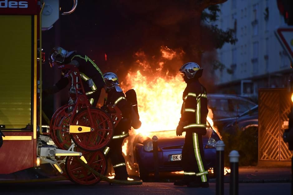 Район Нанта охватили беспорядки после смерти водителя отрук милиции