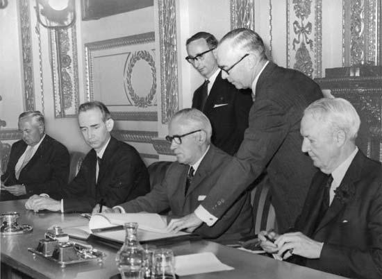 Подписание договора о нераспространении ядерного оружия 1 июля 1968 года  © Britannica.com