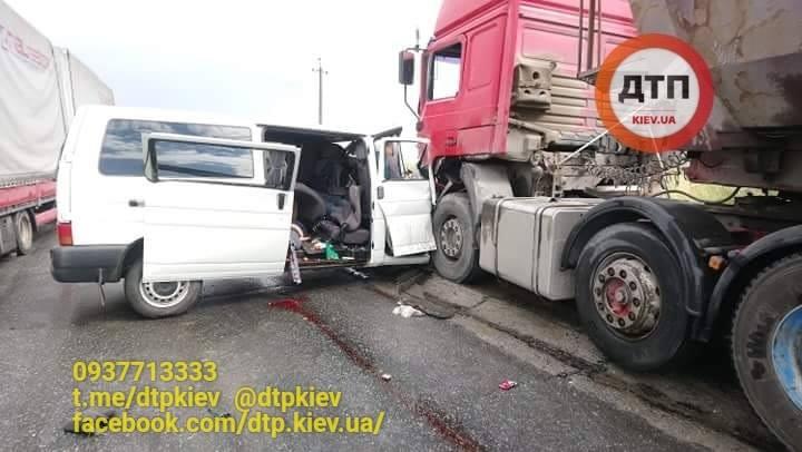 В Ивано-Франковской области фура раздавила автобус: есть жертвы