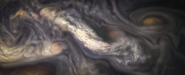 Мрачные, огромные вихри: зонд Juno показал атмосферу Юпитера