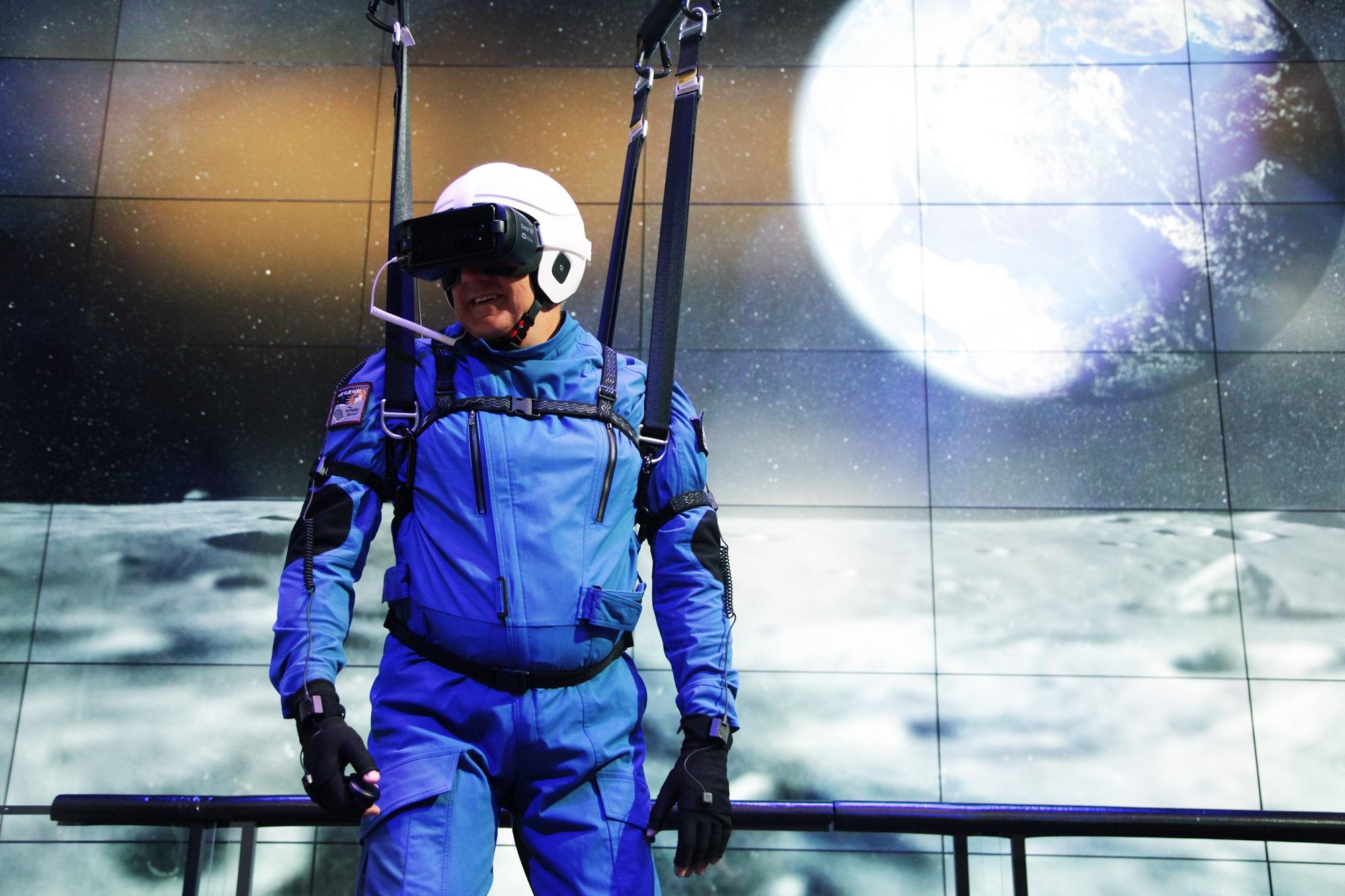 Стань астронавтом: Samsung создал 4D симулятор миссии на Луну