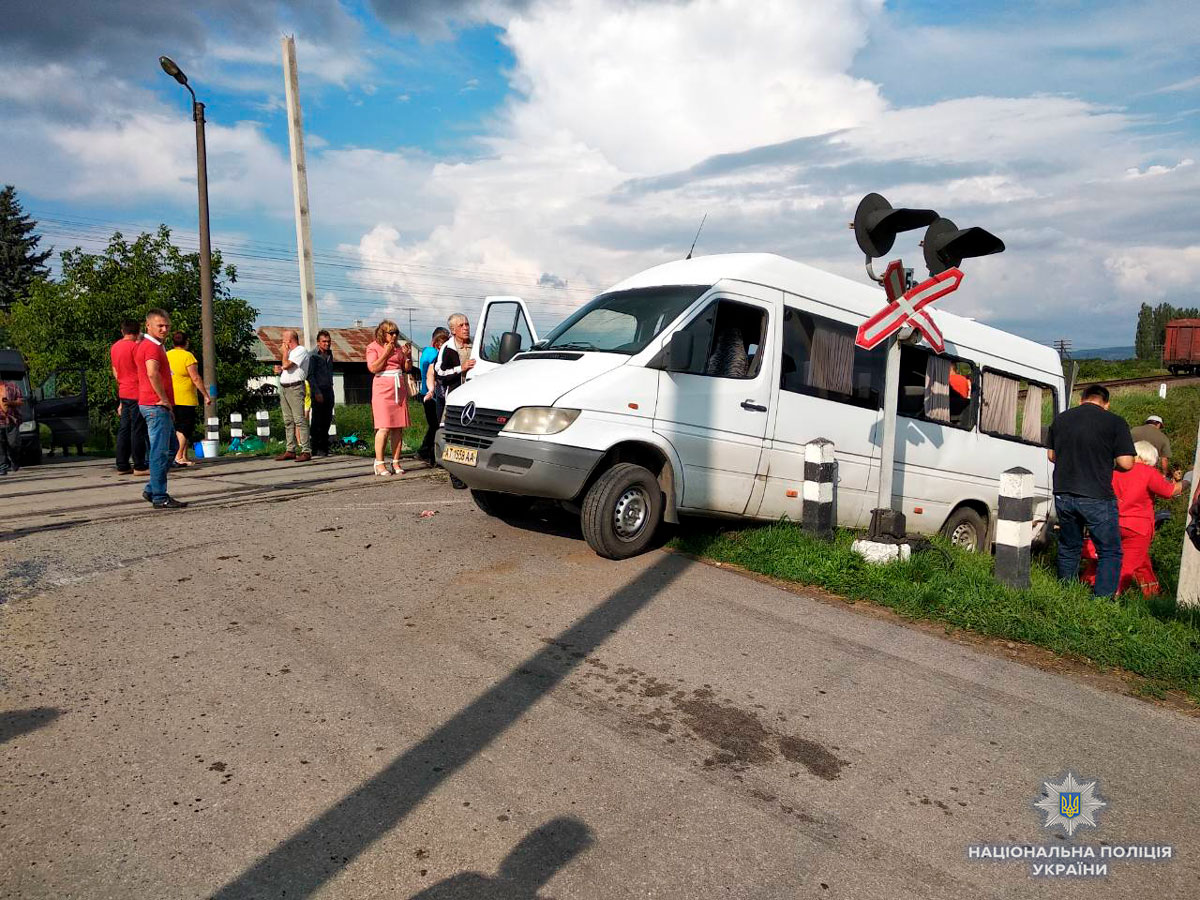 Под Черновцами микроавтобус столкнулся с поездом: есть жертвы