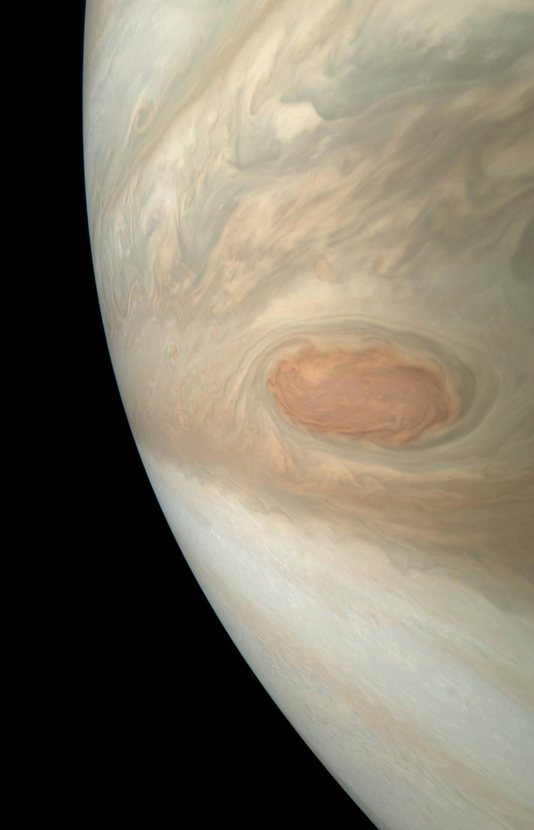 Станция Юнона засняла ураган на Юпитере: фото