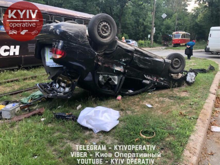 В Пуще-Водице авто влетело в трамвай: пострадал ребенок - фото