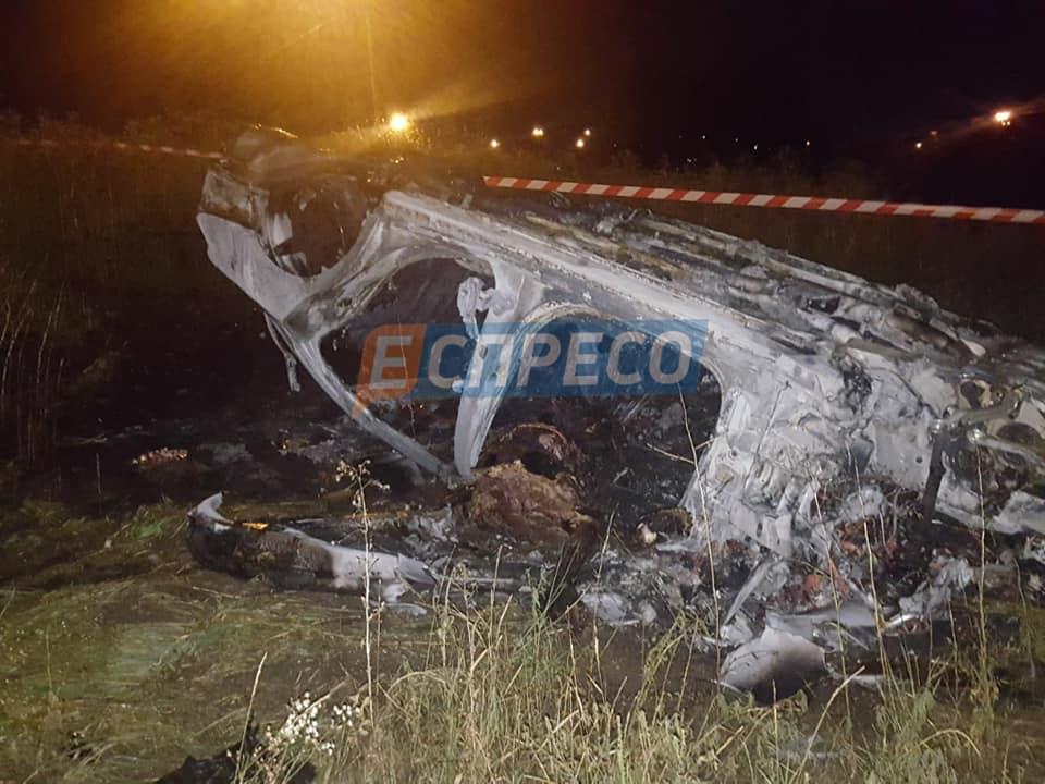 ДТП в Киеве: Mercedes перевернулся и сгорел – фото, видео