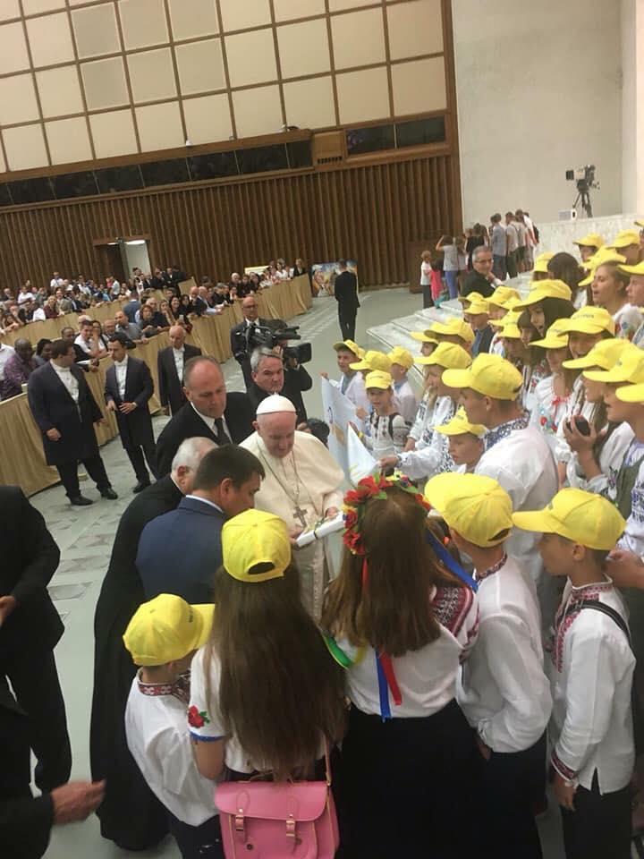 Украинские дети подарили книгу Папе Римскому: фото