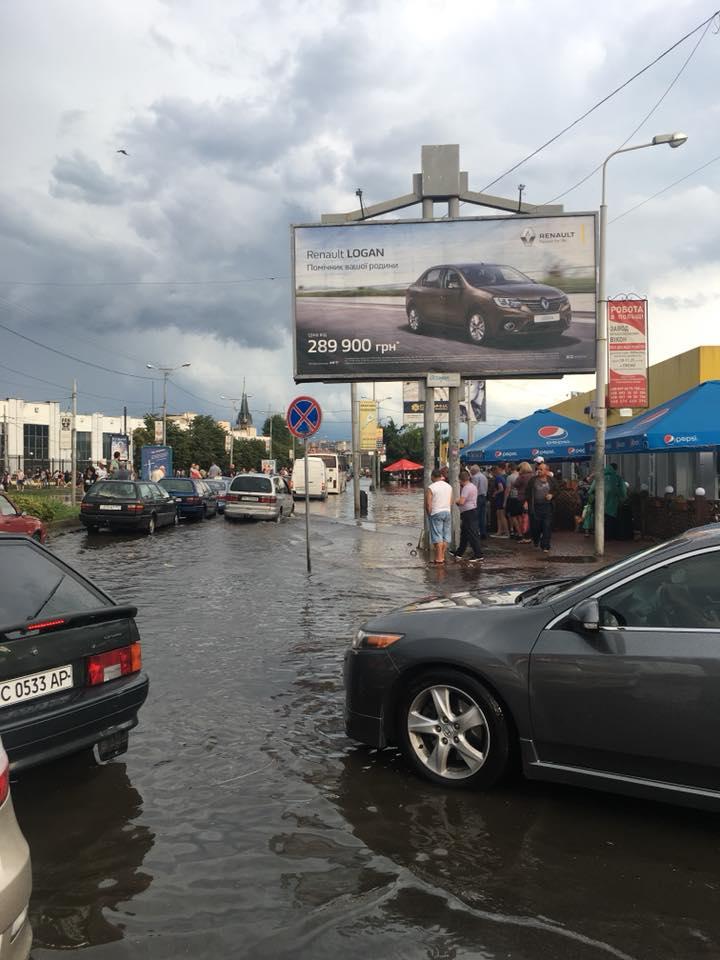 Сильный ливень затопил улицы Львова: фото, видео