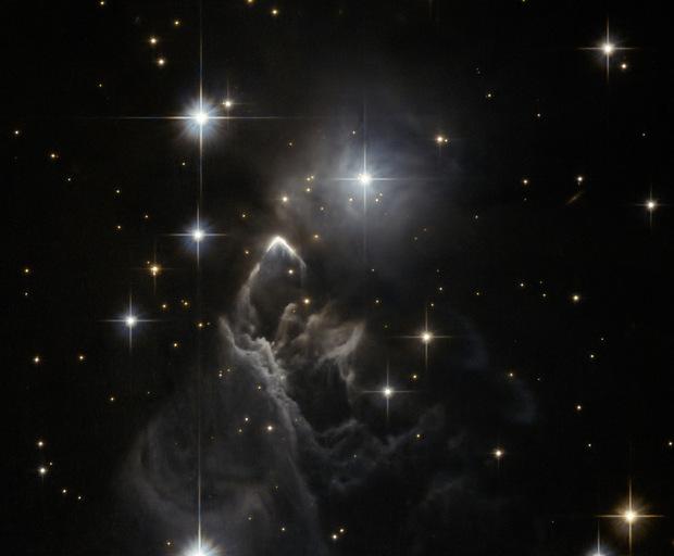 Туманность, вытянутая промчавшейся сквозь нее звездой: фото NASA