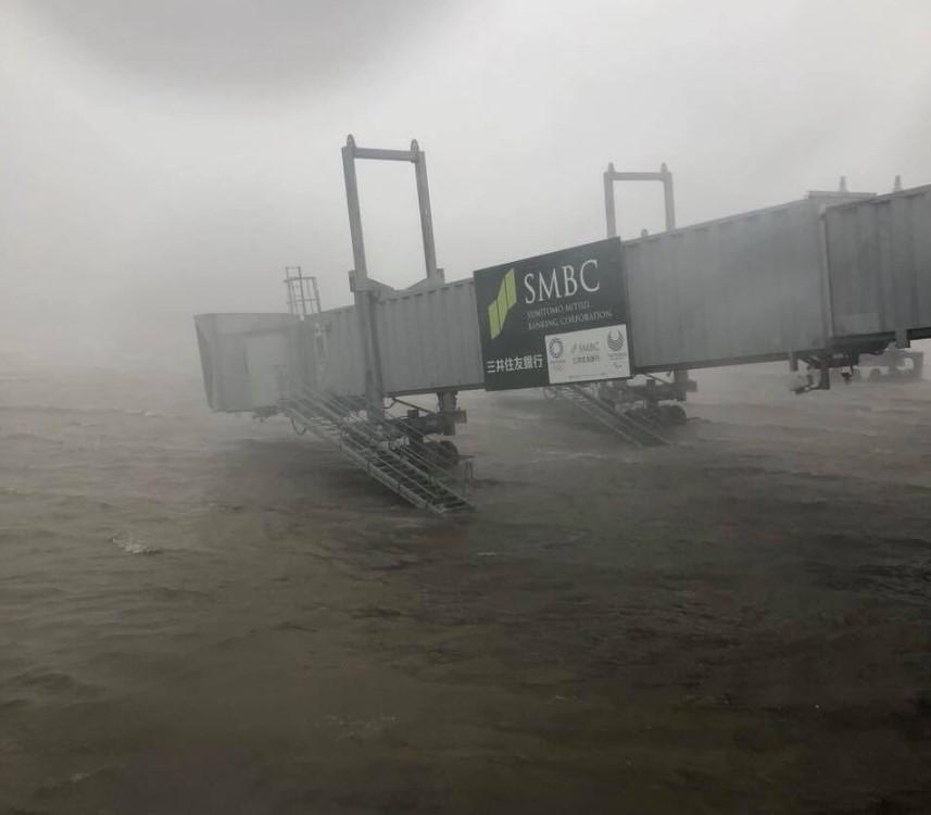 Японию накрыл мощнейший за 25 лет тайфун, людей эвакуируют: видео