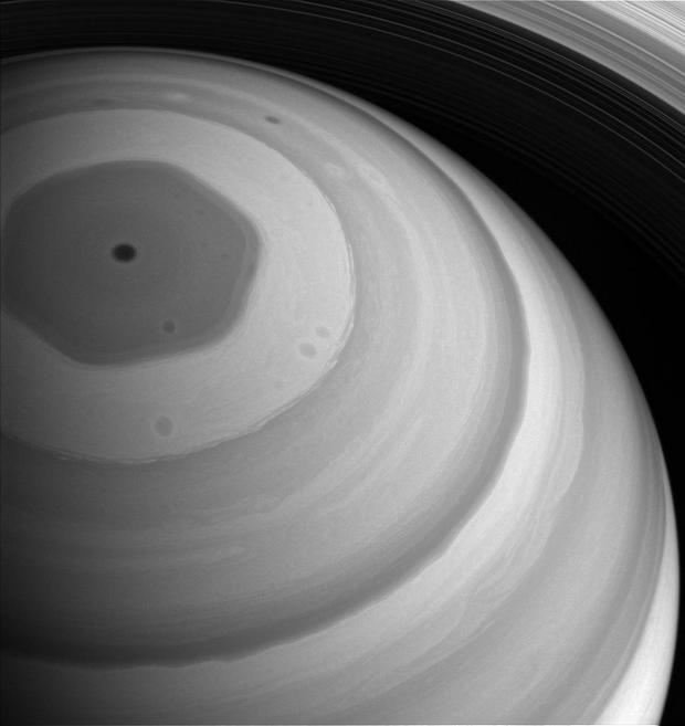 Шторм-аномалию на Сатурне может вызывать что-то внизу: ученые