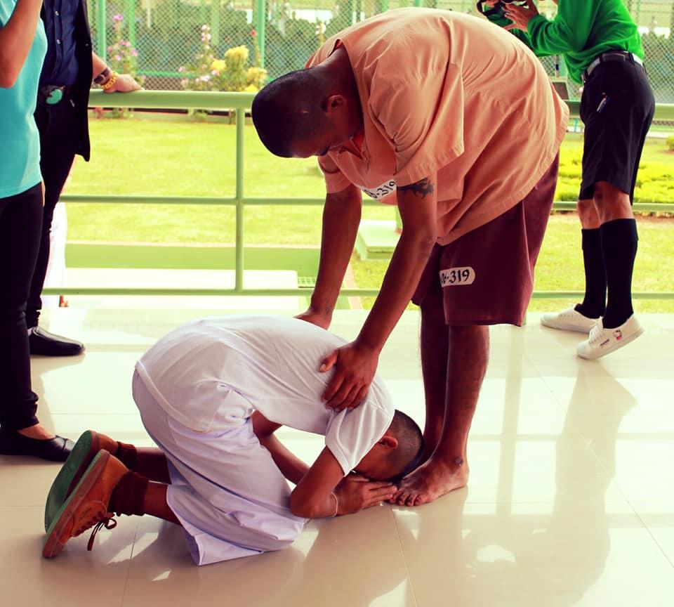 Сын нашел отца во время экскурсии в таиландскую тюрьму - фото