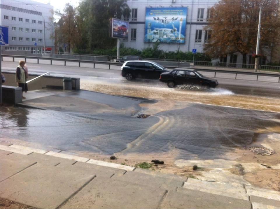 В Киеве на проспекте Победы прорвало водопровод: фото