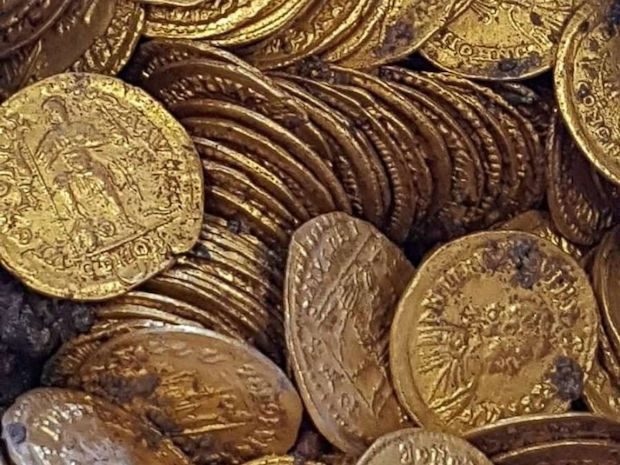 В Италии нашли древнюю амфору, полную золотых монет - фото