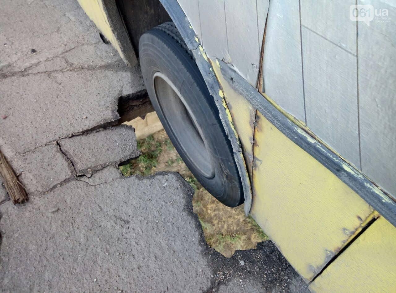 В Запорожье маршрутка провалилась в сквозную дыру на мосту: фото