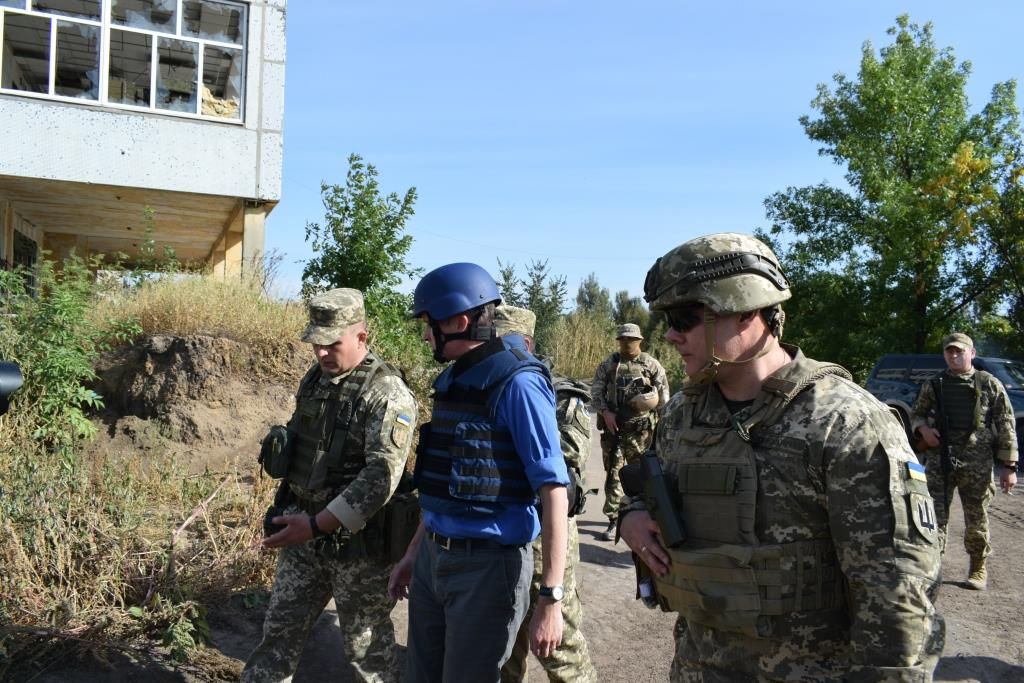 Министр обороны Британии приехал на передовую в Донбасс: фото