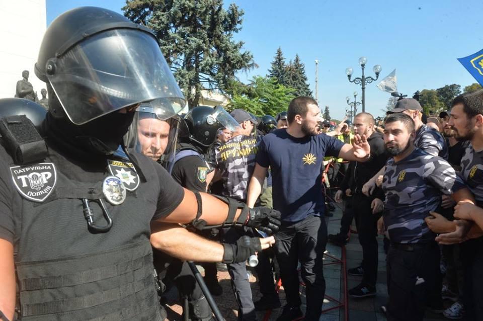 Под Радой пытались прорвать полицейский кордон: фото