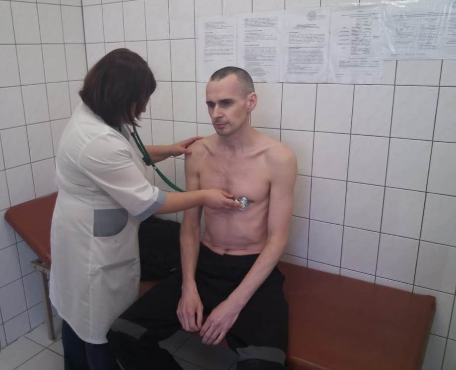Тюремщики РФ показали новое фото Сенцова во время осмотра, фото-1