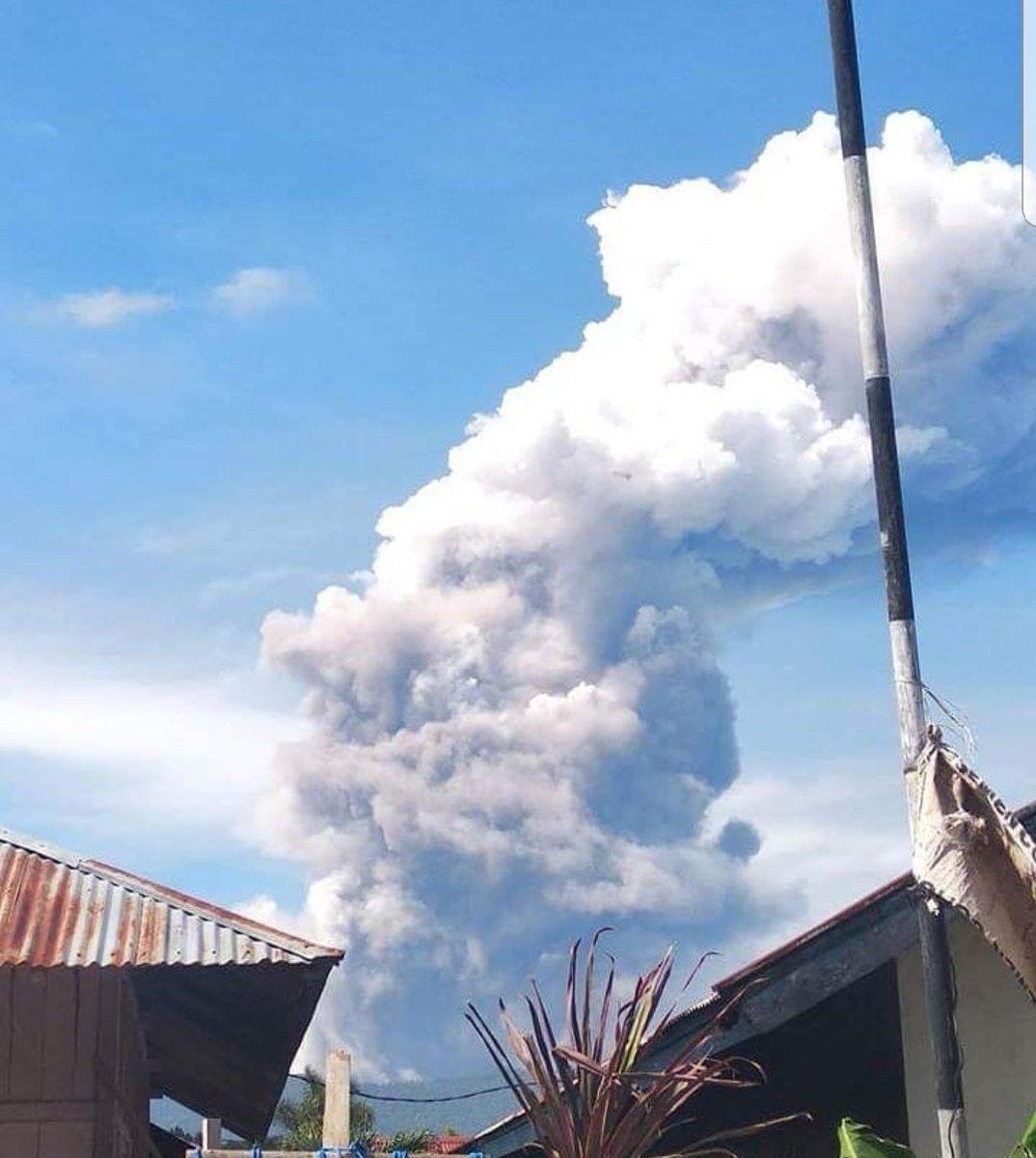 После землетрясения в Индонезии начал извергаться вулкан: фото