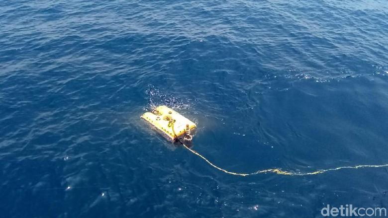 Военные нашли в море корпус упавшего в Индонезии самолета - фото