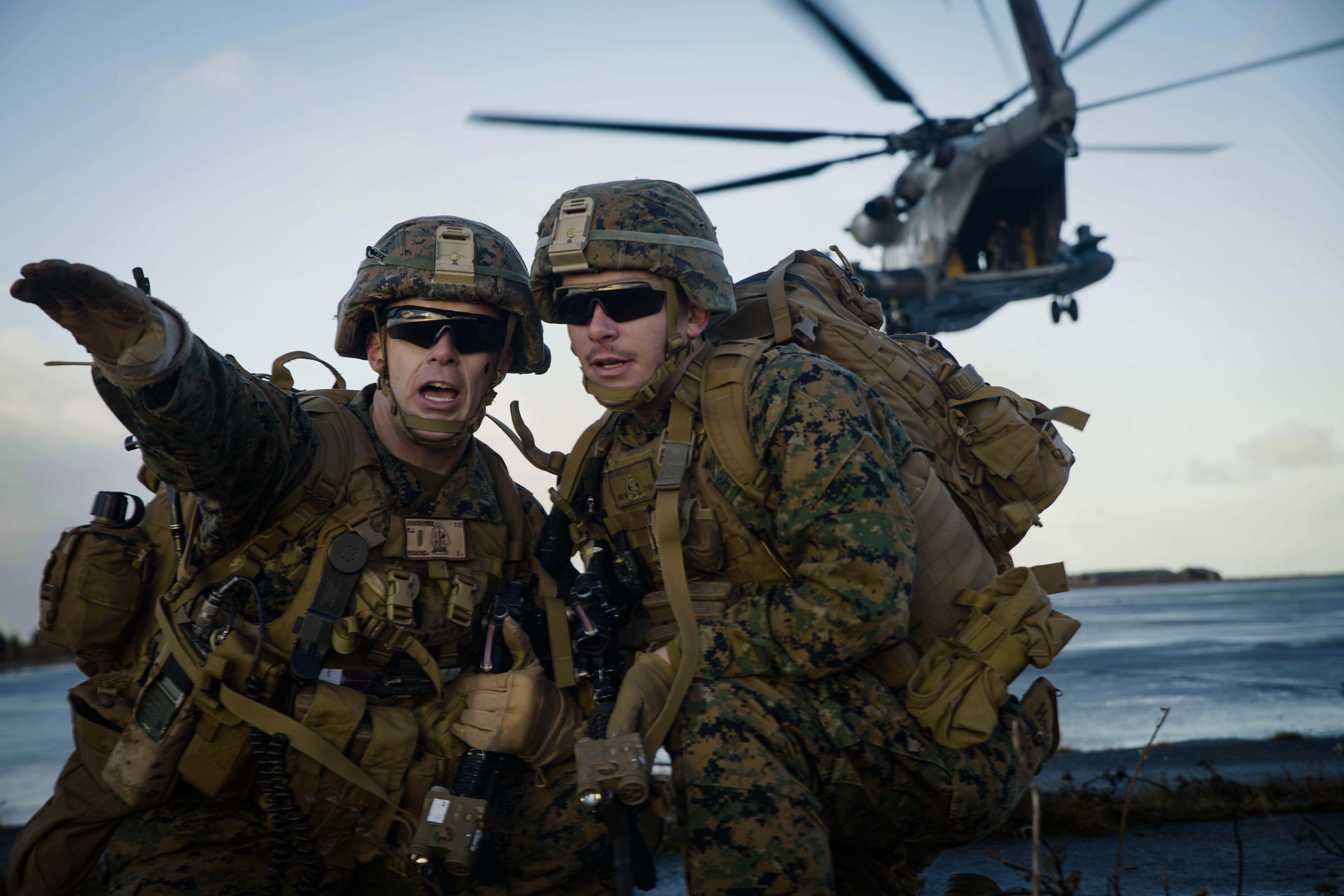 7 октября 2018 года: подготовка к дальнейшей части учений «Трайдент джанкчер – 2018» в Норвегии; морские пехотинцы США отрабатывают десантно-штурмовые действия на авиабазе Кефлавик в Исландии и обеспечивают обезопасность взлетно-посадочной полосы. © DVIDS / U.S. Marine Corps photo by Sgt. Devin J. Andrews