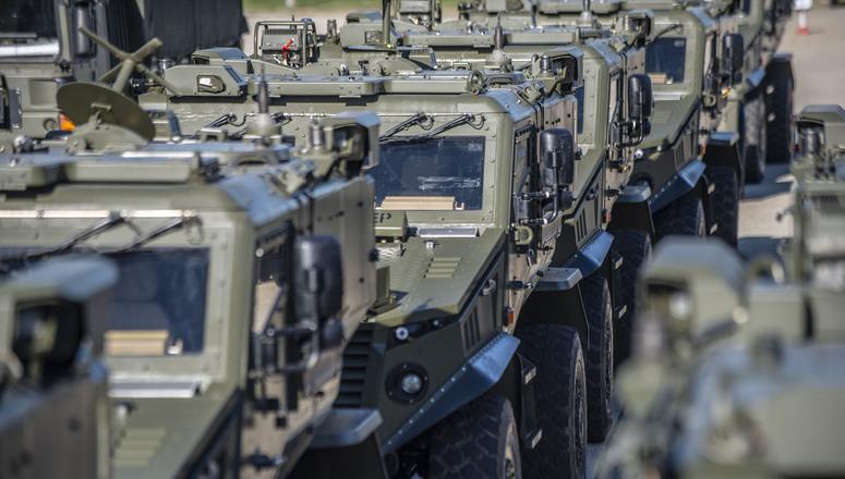 10 октября 2018 года: британские военнослужащие высаживаются в Роттердаме, Нидерланды, и готовятся к совершению броска на 2000 км на север, в Норвегию, для участия в учениях «Трайдент джанкчер». Движение автоколонны по Нидерландам, Германии, Дании и Швеции станет проверкой того, насколько эффективно военнослужащие и техника могут передвигаться по европейским странам, и насколько таможня, пограничный режим и инфраструктура способны справиться с быстрыми и тяжелыми воинскими перевозками. © NATO