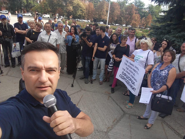 Дмитрий Гнап на акции под зданием Полтавского облсовета ( фото - facebook.com/gnap.ua)