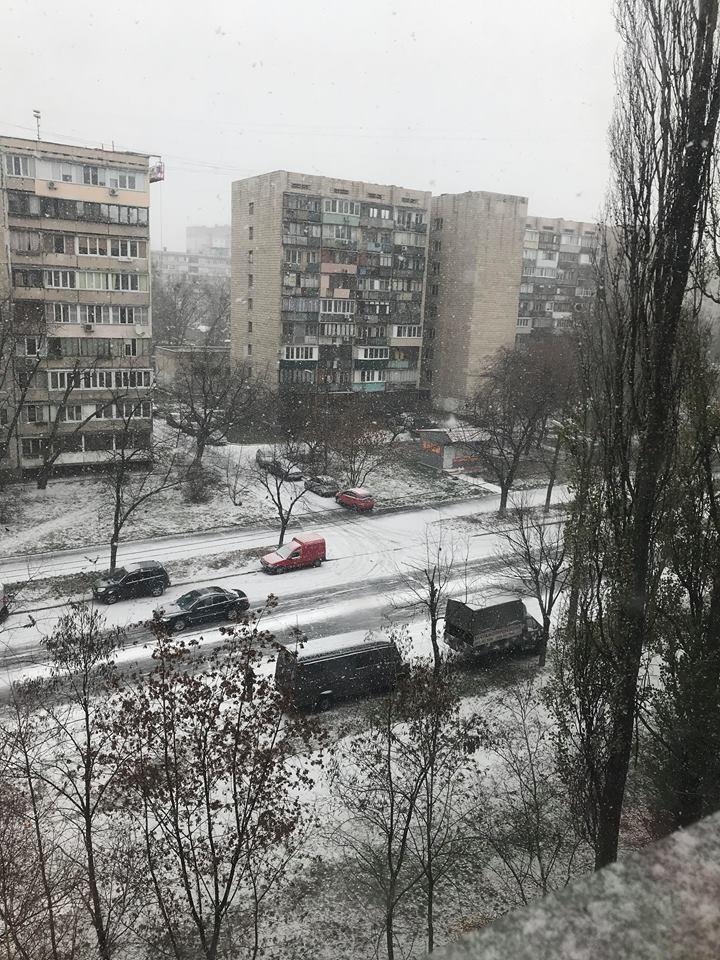 Первый снег в Киеве и первые последствия: фото, видео