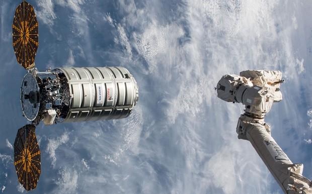 В космос запускают уникальную технику и мороженое: трансляция
