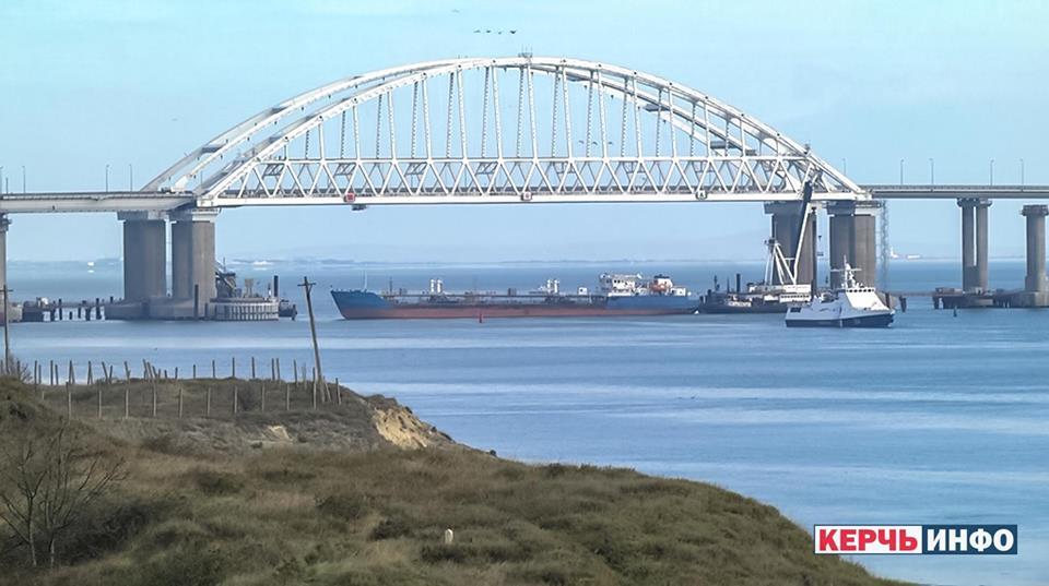 РФ подняла вертолеты и целится в украинские корабли в Керчи - ВМС