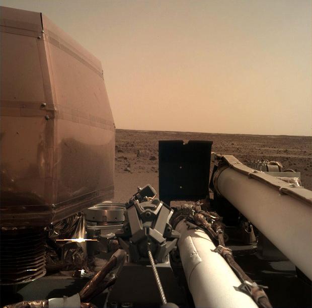 Зонд InSight на Марсе показал первое селфи и поверхность планеты