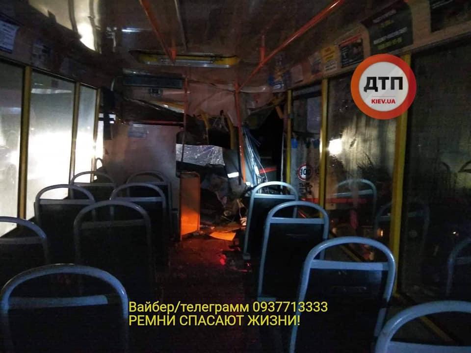 Под Киевом маршрутка врезалась в грузовик: двое в реанимации
