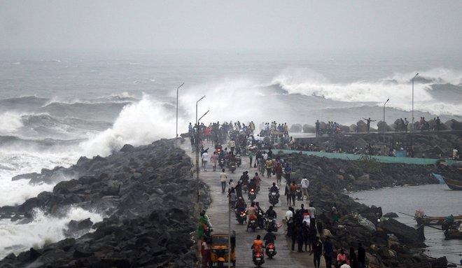 Побережье Индии накрыл смертельный циклон Фетай: фото, видео