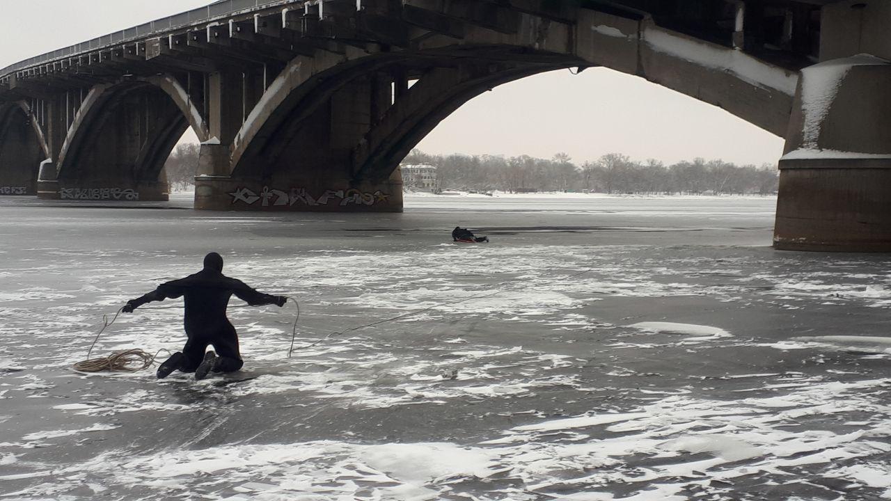 В Киеве спасли упавшего с моста в Днепр мужчину: фото, видео