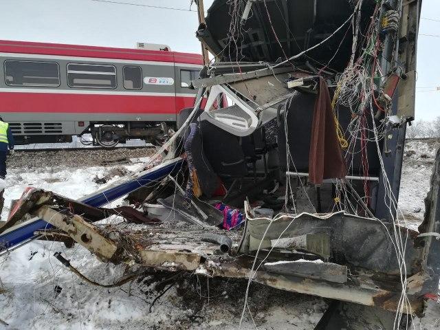 В Сербии поезд протаранил автобус: десятки пострадавших - фото
