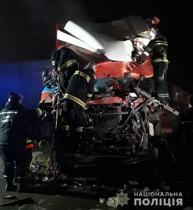 Под Хмельницким грузовик въехал в кафе, трое погибли - фото