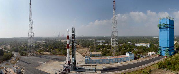 Индийцы вывели в космос невесомый спутник: видео запуска