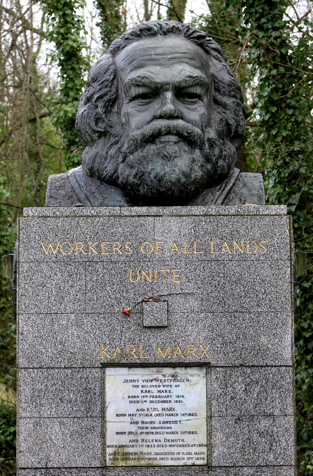 В Лондоне осквернили могилу Карла Маркса - фото