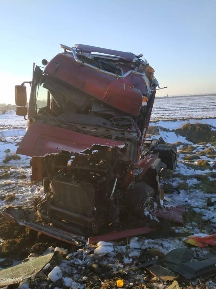 Пассажирский поезд врезался в грузовик и сошел с рельс: фото