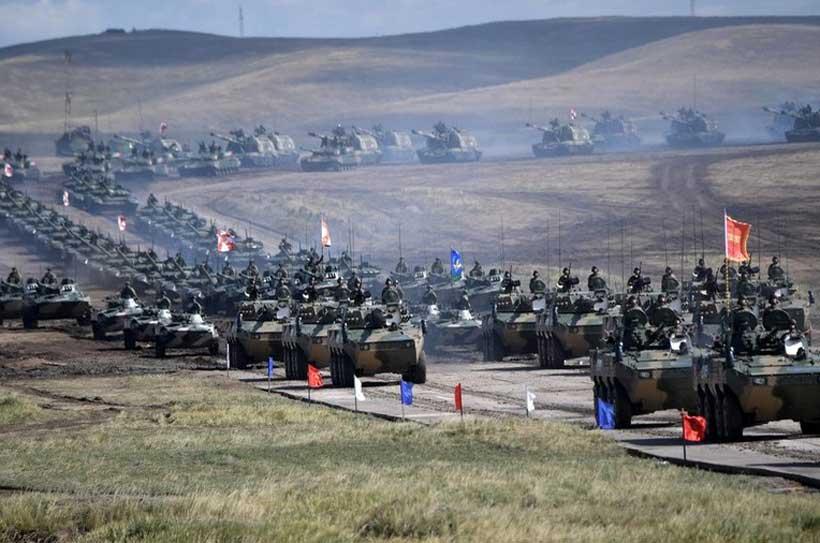 Как сообщило высшее российское военное руководство, около 300 тысяч военнослужащих, а также 1000 самолетов и вертолетов, 80 кораблей и 36 тысяч танков, бронированной и другой техники участвовали в беспрецедентных по своему масштабу со времен «холодной вой