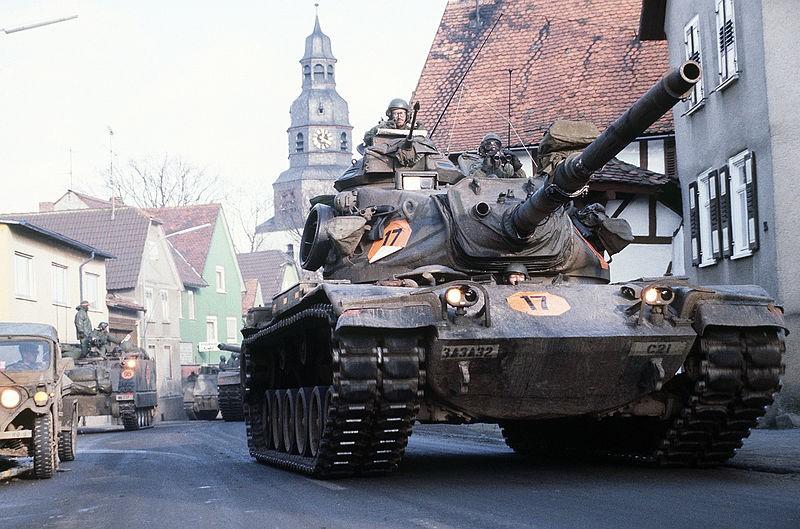 Основной боевой танк (M60A3) 3-й Бронетанковой дивизии движется по Фульдскому коридору, пролегающему от границы между землей Гессен и Тюрингией до Франкфурта-на-Майне; в этом районе находятся две низменности, и в ходе внезапного наступления советских войск и союзников по Варшавскому договору танки могли бы преодолеть их и форсировать Рейн – 1985 г. © US Army